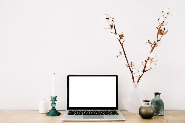 흰색 배경에 빈 화면이있는 노트북의 전면보기가있는 블로거 또는 프리랜서 작업 공간