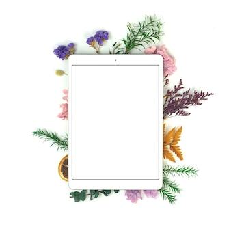 Рабочее место блоггера или фрилансера с планшетным пк и цветочными сухоцветами, минималистичный рабочий стол для домашнего офиса, пустой белый экран с копией фотографии