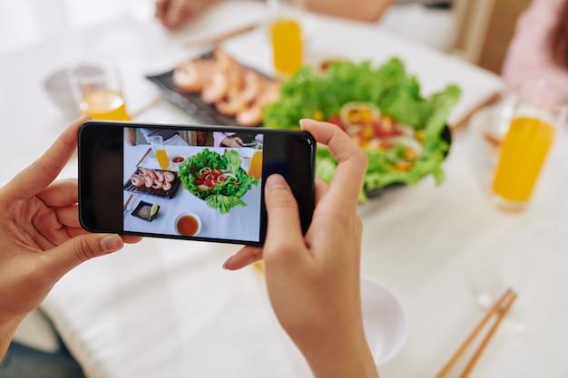 食べ物を撮影するブロガー