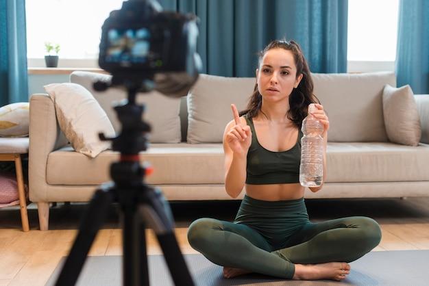 自宅でトレーニング動画を記録するブロガー