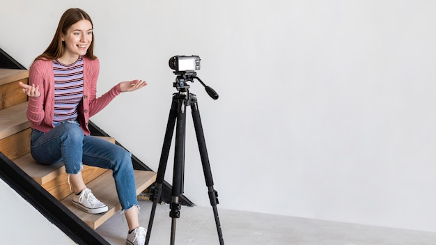 Blogger запись с камерой и сидя на лестнице