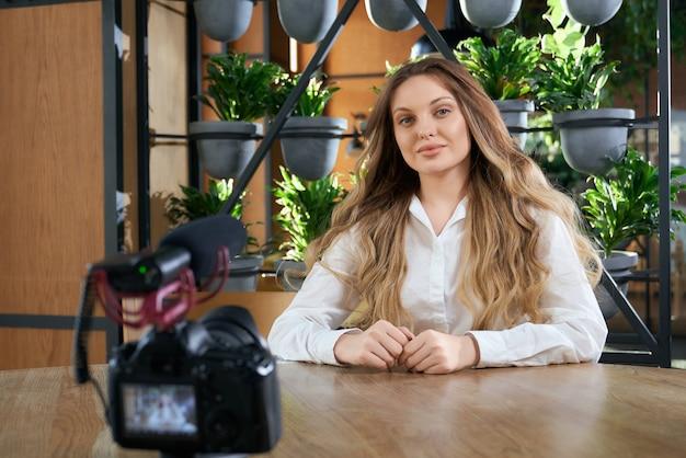 카페에서 인터뷰를 위해 카메라 근처에 앉아있는 blogger
