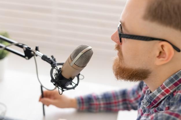 블로거, 유영 및 방송 개념-라디오에서 작업하는 젊은 남자 dj의 근접.