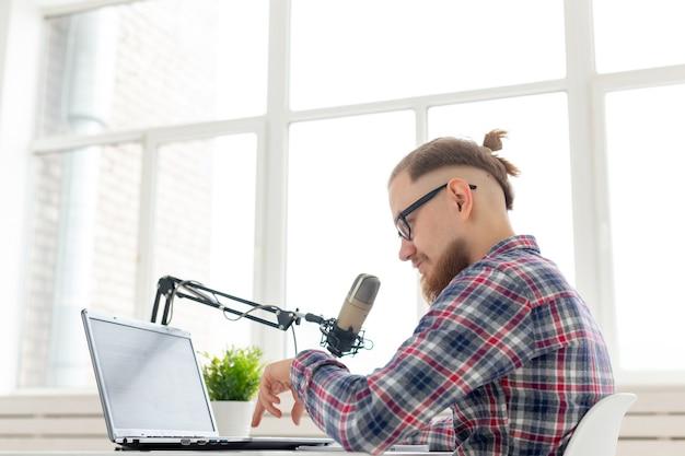 블로거, 스트리머 및 방송 개념 - 라디오에서 일하는 젊은 남자 dj.
