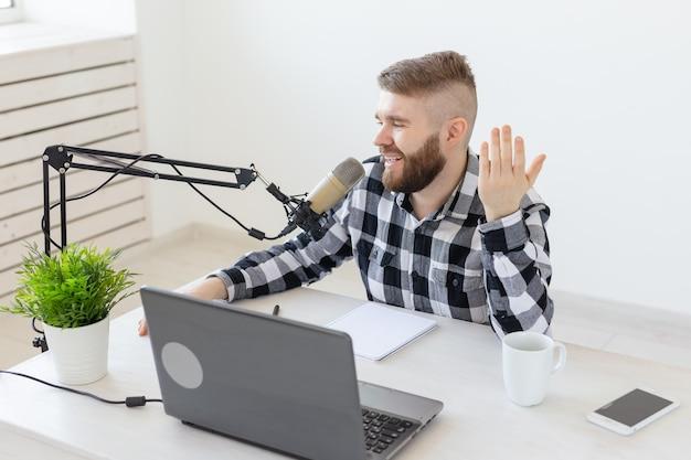 Концепция блоггера, стримера и людей - забавный молодой человек-ди-джей, работающий на радио