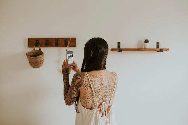 彼女の家の装飾の写真を撮るブロガー