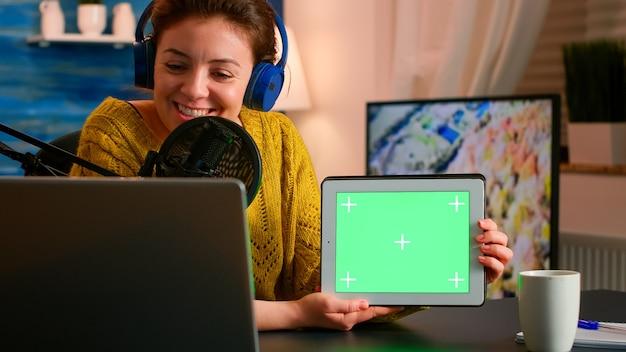 엔터테인먼트 팟 캐스트 중에 녹색 화면이있는 메모장을 들고 마이크에 대고 말하는 blogger