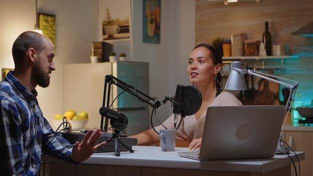 Блогер разговаривает с гостем о новой серии и подписчиках. креативное онлайн-шоу. производство в прямом эфире. ведущий интернет-вещания, транслирующий прямой эфир, записывающий цифровые сообщения в социальных сетях.