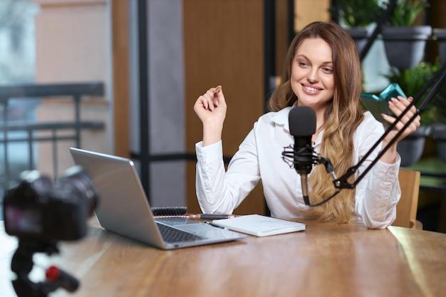 Женщина-блоггер общается с подписчиками в эфире