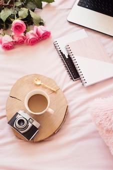 ベッドの中でコーヒー。 bloggerのライフスタイル