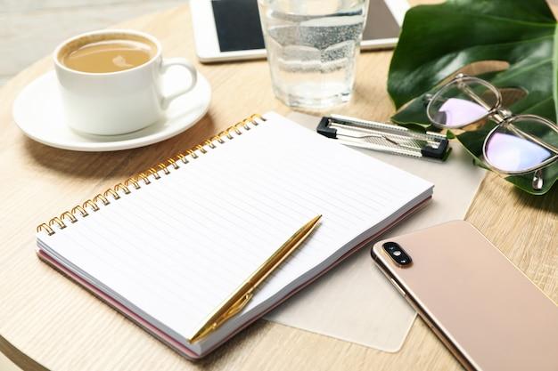 木製のテーブルのビジネスアクセサリーと組成物。 bloggerワークスペース