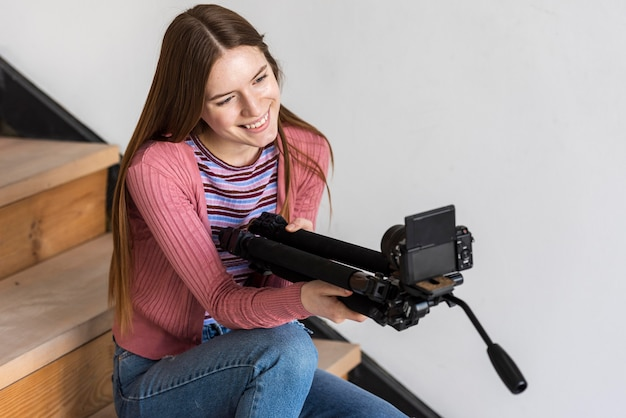 Blogger держит штатив с камерой