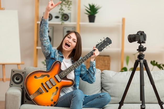 Blogger с удовольствием записывает музыкальное видео у себя дома