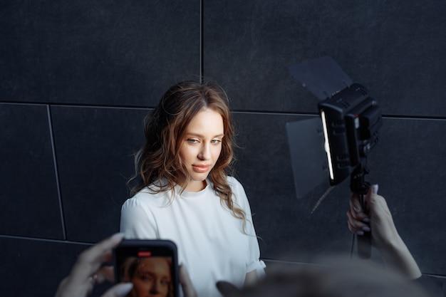 Блогеры берут интервью и транслируют фото высокого качества в прямом эфире
