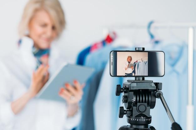 Оборудование для ведения блогов. смартфон на штативе. фото и видеосъемка. женский бьюти-блогер