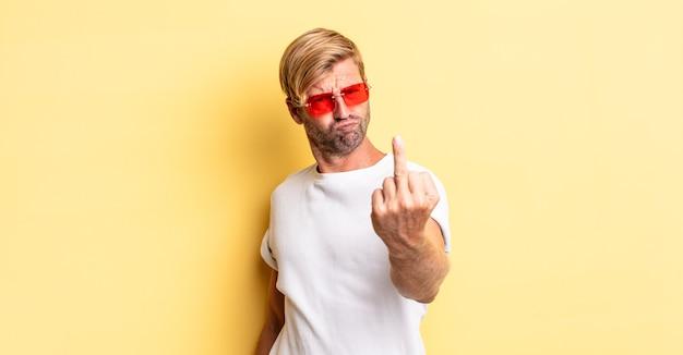 화나고 짜증나고 반항적이고 공격적이며 선글라스를 끼고 있는 금발의 성인 남자