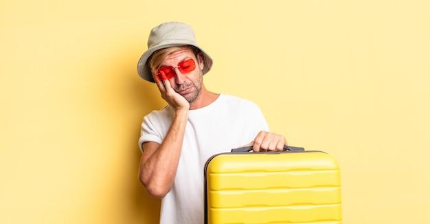 피곤한 후 지루하고 좌절하고 졸린 금발의 성인 남자. 여행자 개념