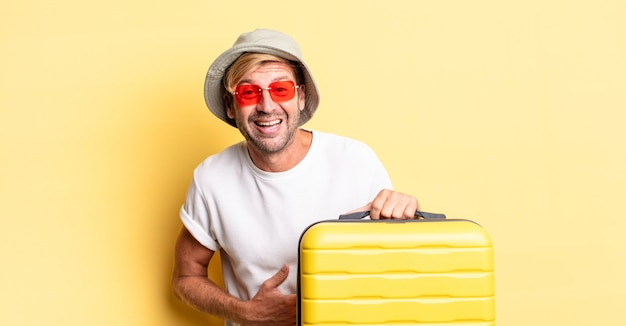 어떤 들뜬 농담을 크게 웃는 금발의 성인 남자. 여행자 개념
