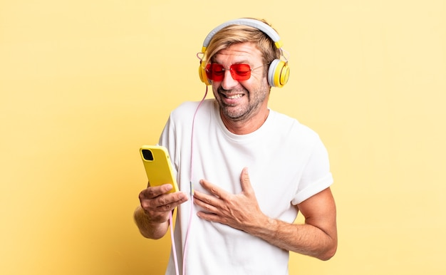 ヘッドフォンでいくつかの陽気な冗談で大声で笑っている金髪の大人の男