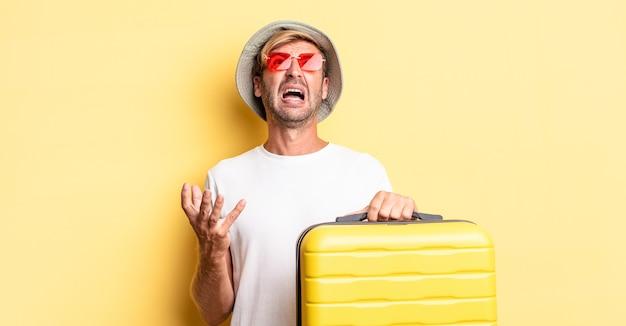 必死になって、欲求不満で、ストレスを感じている金髪の成人男性。旅行者のコンセプト