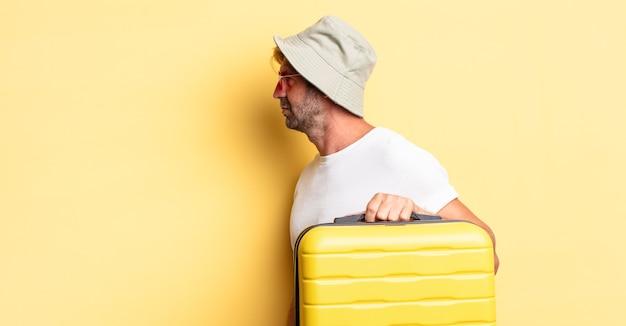 프로필 보기 생각, 상상 또는 공상에 금발 성인 남자. 여행자 개념