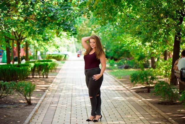公園でブロンドの女の子モデルプラス。 xxlガール。