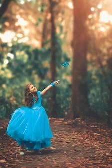 青いレトロなドレスを着た金髪少女。おとぎ話のプリンセス。