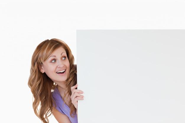ホワイトボードを持つブロンドの女性