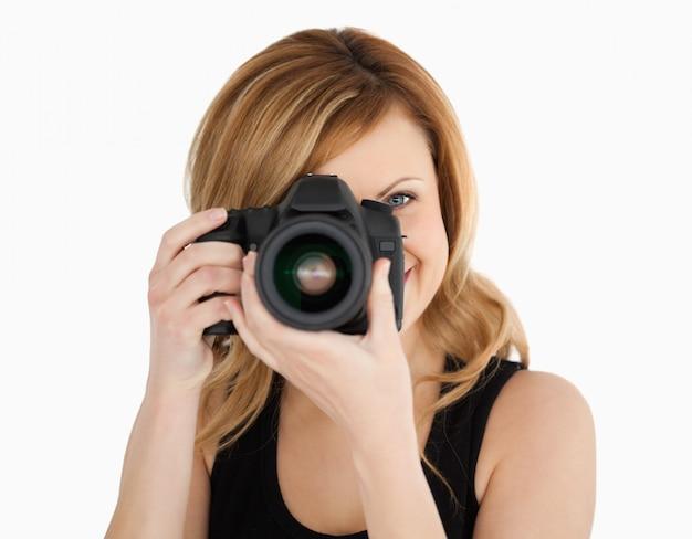 Светловолосая женщина с фото с камерой