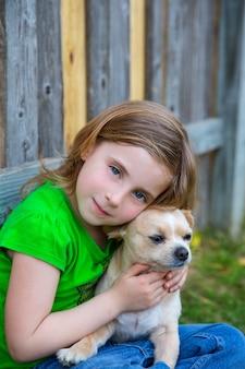 Блондинка счастливая девушка с ее портретом собачка чихуахуа