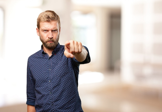 Uomo biondo espressione arrabbiata