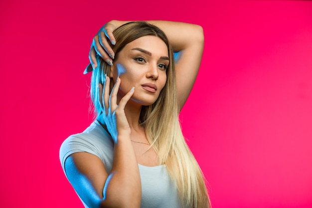 Блондинка-модель нанесла бронзовый макияж на отливках.