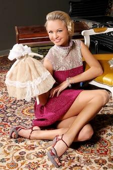 Modello biondo in abiti di moda bambola rosa