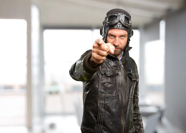 Блондинка пилот злое выражение