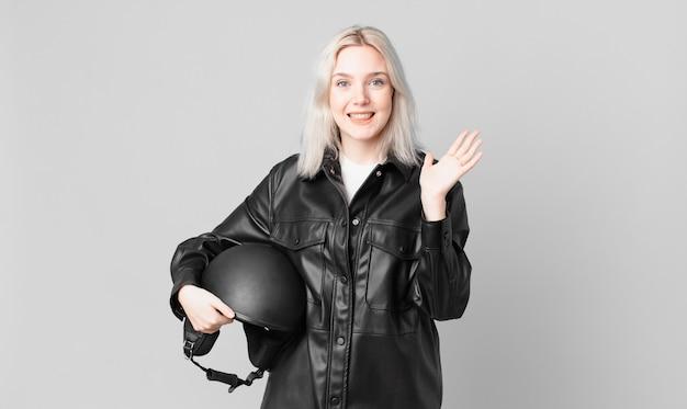 Блондинка красивая женщина чувствует себя счастливой и удивленной чему-то невероятному. концепция мотоциклистов