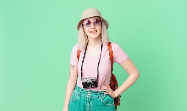 행복 하 고 즐겁게 놀란 찾고 금발 예쁜 여자. 여름 개념