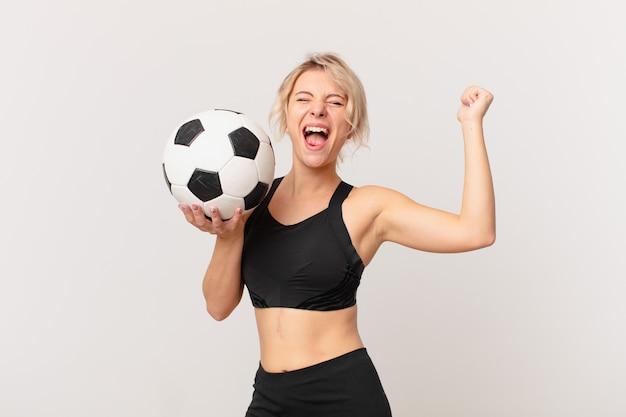 축구 공으로 금발 예쁜 여자