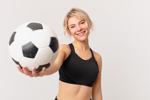 サッカーボールを持つ金髪のきれいな女性
