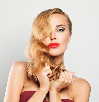 Белокурая женщина. светлые волосы, макияж, прическа голливудская волна