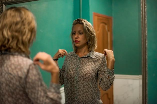 Блондинка женщина готовится в туалете