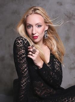 Блондинка в черном кружевном платье