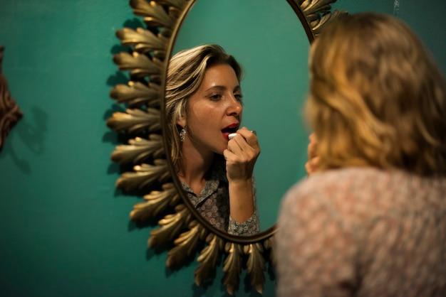Блондинка женщина на губной помаде
