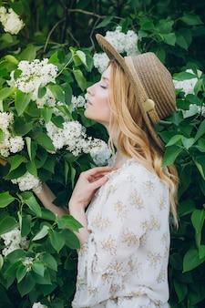 봄에는 라일락 꽃과 금발여 인