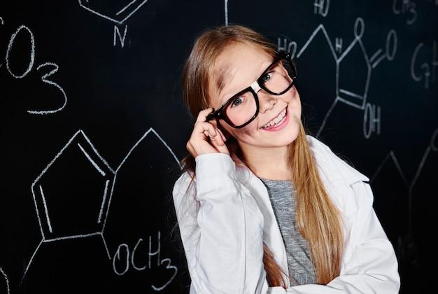 Блондинка и милая девушка в классе химии