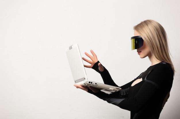 Блондинка андроид женщина в очках и ноутбуке vr на белом фоне.