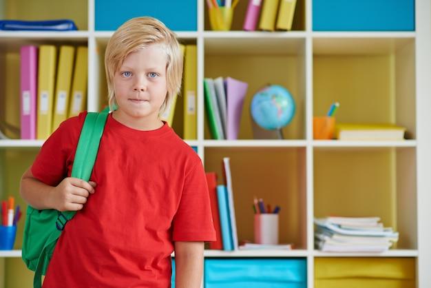 Блондинка мальчик в школе