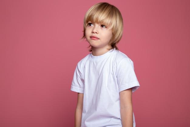 핑크에 흰색 티셔츠에 금발 소년 귀여운 사랑스러운 작은