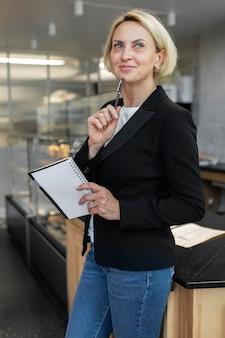 仕事で金髪のビジネス女性