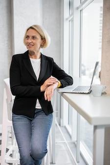Блондинка бизнес-леди на работе