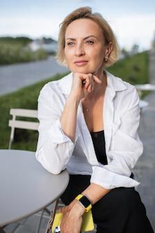 Ritratto di donna d'affari bionda